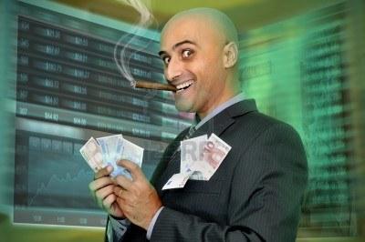 8624749-hombre-de-negocios-o-stock-broker-con-fondo-de-pantallas-digitales[1]